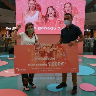 El Centro Comercial y de Ocio 7 Palmas hace entrega del gran premio de 7.000€ la ganadora del sorteo de su 18º aniversario